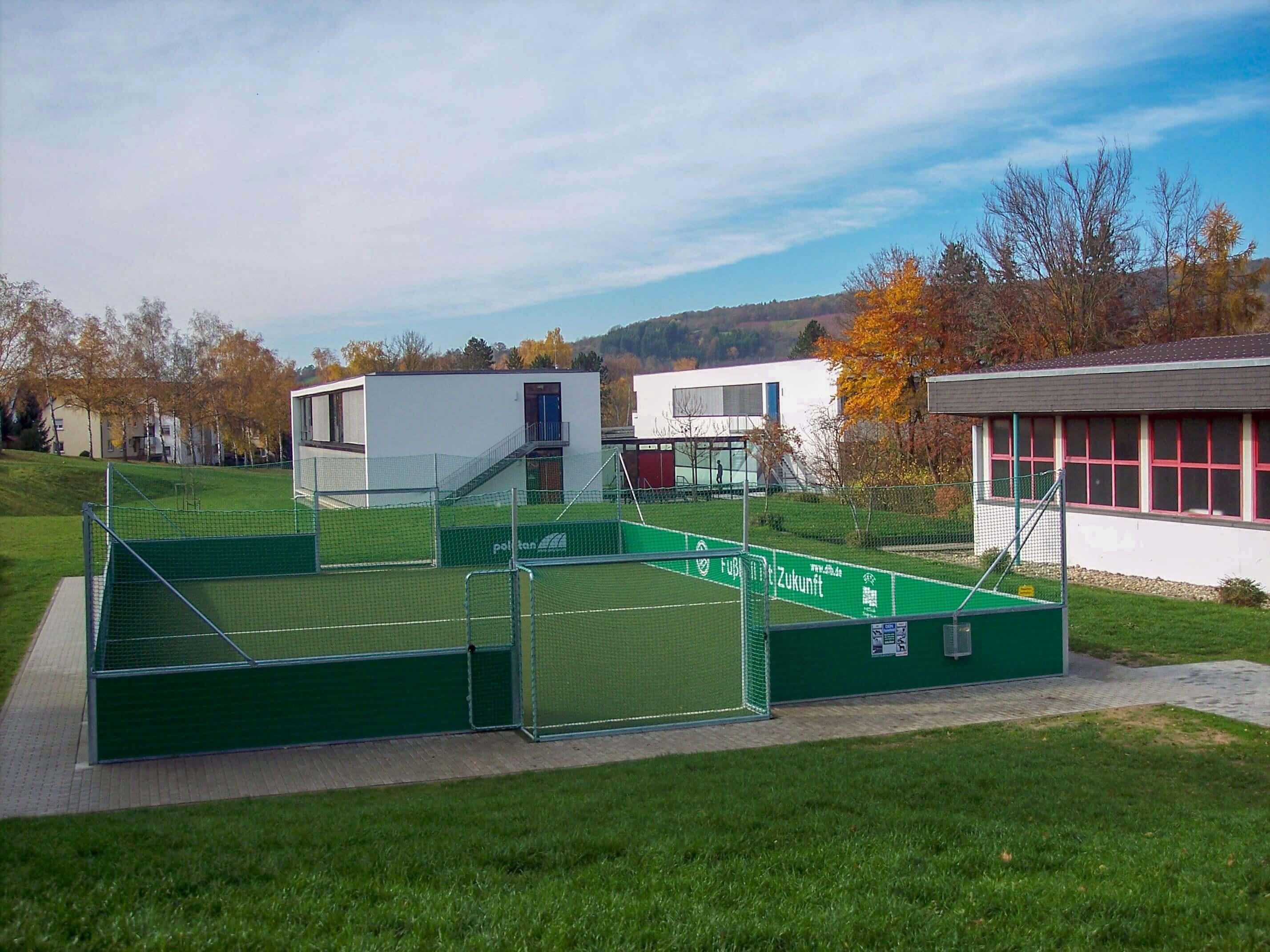 Soccerfeld mit Schule